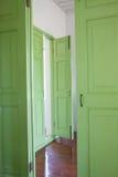 зеленый цвет дверей Стоковые Изображения