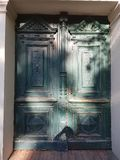 Зеленый цвет двери старый с картиной стоковые фотографии rf