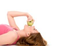 зеленый цвет девушки еды яблока красивейший Стоковое Изображение