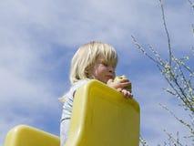 зеленый цвет девушки еды яблока Стоковые Изображения