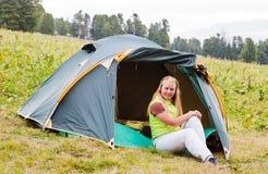 зеленый цвет девушки имеет шатер остальных Стоковые Изображения RF