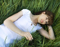 зеленый цвет девушки поля Стоковое Фото