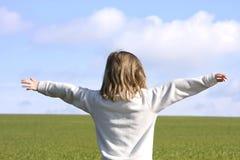 зеленый цвет девушки поля стоковая фотография rf