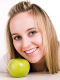 зеленый цвет девушки яблока Стоковое Изображение RF