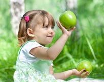 зеленый цвет девушки яблок меньшее напольное временя Стоковое Изображение
