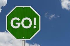 Зеленый цвет идет дорожный знак шоссе Стоковое Изображение