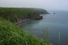 Зеленый цвет и вымачивает скалистые скалы накидки Kiritappu Стоковое Изображение