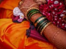 Зеленый цвет и Bangles золота Стоковое фото RF