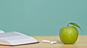 зеленый цвет книги яблока открытый Стоковое Фото