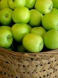 зеленый цвет корзины яблок Стоковое Изображение