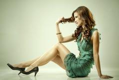 зеленый цвет платья брюнет стоковое изображение
