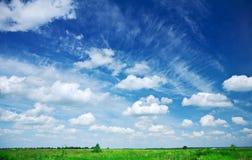 зеленый цвет поля cloudscape сверх Стоковые Изображения RF