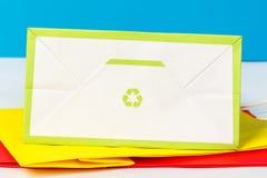 Зеленый цвет рециркулирует символ на нижней стороне бумажной сумки Стоковые Изображения