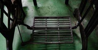 Зеленый цвет стального пола швейной машины деревянный стоковое фото rf