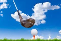 зеленый цвет травы гольфа водителя шарика Стоковое Изображение