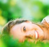 зеленый цвет травы девушки Стоковое Фото
