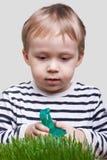 зеленый цвет травы мальчика брызгает Стоковые Фотографии RF