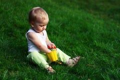 зеленый цвет травы мальчика немногая Стоковые Фотографии RF