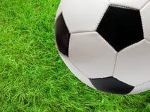 зеленый цвет травы футбола шарика над футболом Стоковое Изображение RF