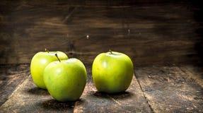 зеленый цвет яблок свежий На деревянной предпосылке Стоковая Фотография