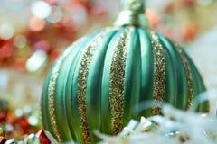 зеленый цвет bauble близкий вверх стоковое фото rf