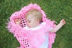 зеленый цвет gras одеяла уснувшего младенца красивейший Стоковое фото RF