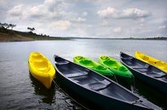 зеленый цвет kayaks желтый цвет стоковое фото