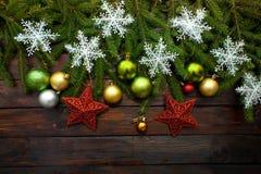 Зеленый цвет ` s Нового Года, желтый цвет и шарики серебра вместе с красными звездами и с ветвями в реальном маштабе времени ели  Стоковые Изображения RF