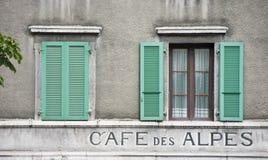 зеленый цвет shutters 2 окна Стоковое Изображение RF