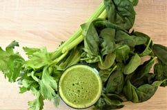 Зеленый цвет Smoothie в стеклянном tumbler стоковая фотография