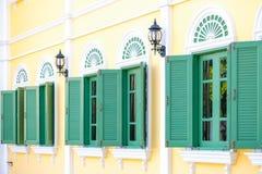 Зеленый цвет Windows на деревянной стене Стоковая Фотография RF
