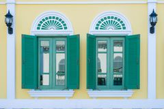Зеленый цвет Windows на деревянном Стоковое Изображение