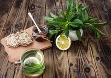 Зеленый чай мяты с лимоном и медом Стоковые Фотографии RF