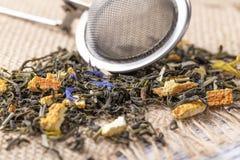 Зеленый чай с апельсиновой коркой и травами с голубыми цветками стоковое фото