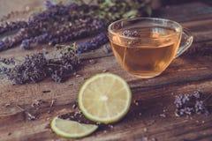 Зеленый чай с herbals и известкой Чай с душицей на деревянном Стоковое Фото