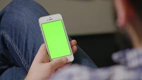 Зеленый человек телефона экрана стоковые фотографии rf