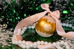 Зеленый шарик -2 рождества предпосылки и золота Стоковые Фотографии RF