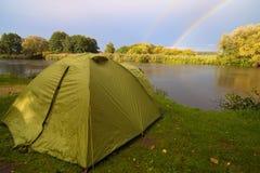 Зеленый шатер соорудил на банке озера. Стоковое фото RF