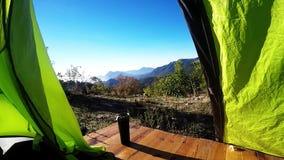 Зеленый шатер с чашкой в горах лета видеоматериал