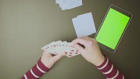 зеленый экран Женские руки с играя карточками акции видеоматериалы