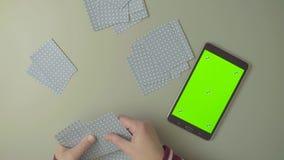 зеленый экран Женские руки с играя карточками сток-видео