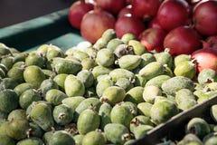 Зеленый guava ананаса в корзине продал на рынке фермеров Стоковое фото RF