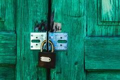 Зеленый padlock двери Стоковые Фото