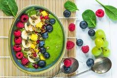 Зеленый smoothie авокадоа, шпината и виноградины гарнированный с свежими фруктами стоковая фотография