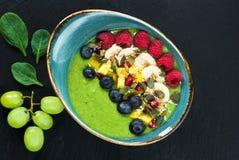 Зеленый smoothie авокадоа, шпината и виноградины гарнированный с свежими фруктами стоковое фото