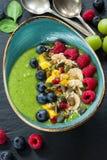 Зеленый smoothie авокадоа, шпината и виноградины гарнированный с свежими фруктами Стоковое Изображение RF