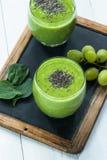Зеленый smoothie авокадоа, шпината и виноградины с семенами chia Стоковое Изображение