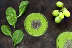 Зеленый smoothie авокадоа, шпината и виноградины с семенами chia Стоковое фото RF