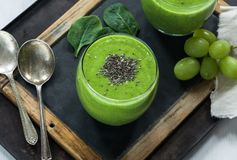 Зеленый smoothie авокадоа, шпината и виноградины с семенами chia Стоковое Фото