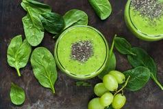 Зеленый smoothie авокадоа, шпината и виноградины с семенами chia Стоковая Фотография RF